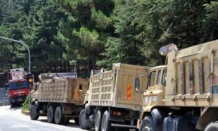 Askeri birliklerin önündeki belediye araçları çekilmeye başladı.