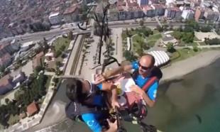 Paraşütçüler havada mangal yakıp yemek yedi