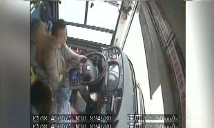 Çin'de otobüs yolcusu ve direksiyondaki şoförün kavgası, 13 can aldı