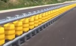 Yol kenarındaki 'plastik dubalar' araç çarptığı anda...