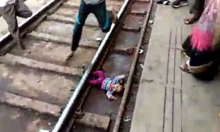 Hindistan'da üzerinden tren geçen bebek yara almadan kurtuldu
