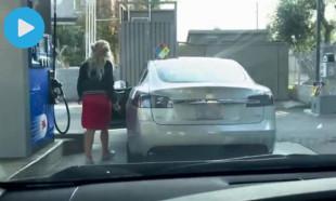 Tesla'nın şarjı bitince benzin istasyonuna gitti