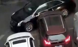 Gelişi güzel park edilen aracı çarpa çarpa önünden çekti
