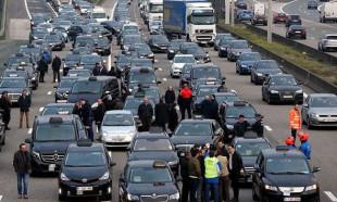 Belçika'da Uber yüzlerce araçla protesto edildi