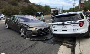 Tesla'nın 'otomatik pilotu' bu kez polis aracına çarptı