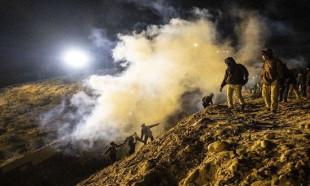ABD'den göçmenlere göz yaşartıcı gazla müdahale