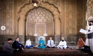 Kraliyet gelini başörtü taktı Kuran'ı Kerim dinledi!