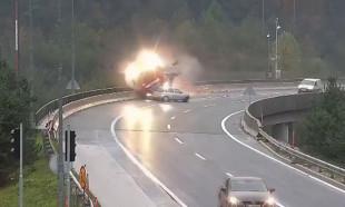 Virajı dönemeyen otomobil, TIR'ı köprüden attı