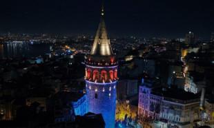 İstanbul'un simgeleri mavi-turuncuya büründü