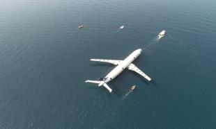 Dev uçak denizde batırılmaya başlandı