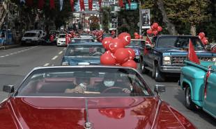 Kadıköy'de klasik otomobillerden Cumhuriyet Konvoyu