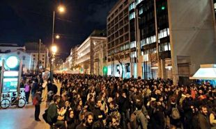 Atina'da binlerce kişi sokağa indi!