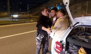 Kaza yapan alkollü arkadaşlarını böyle kurtarmak istediler