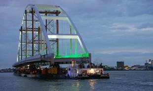200 metrelik köprü Rotterdam kanallarında yüzdürüldü