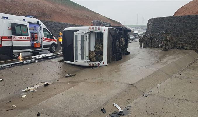 Askeri araç devrildi: 1 şehit, 20 yaralı