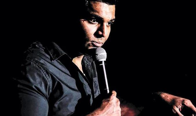 Hindistanlı komedyen sahnede öldü! Şaka sandılar