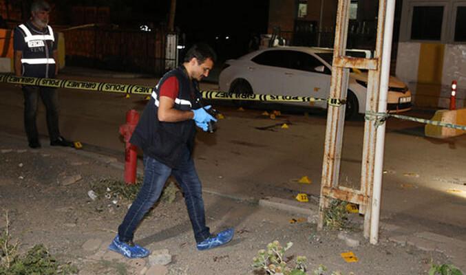 Emniyet binası önünde silahlı kavga: 2 ölü