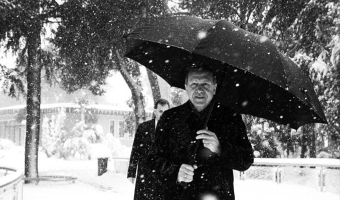 Cumhurbaşkanı Erdoğan, kar altında yürüyüş fotoğrafı