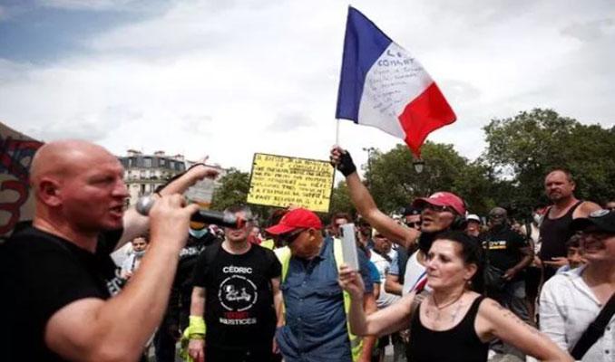 Fransa'da binlerce aşı karşıtı protesto için meydanları doldurdu