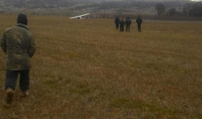 Eğitim uçağı tarlaya zorunlu iniş yaptı