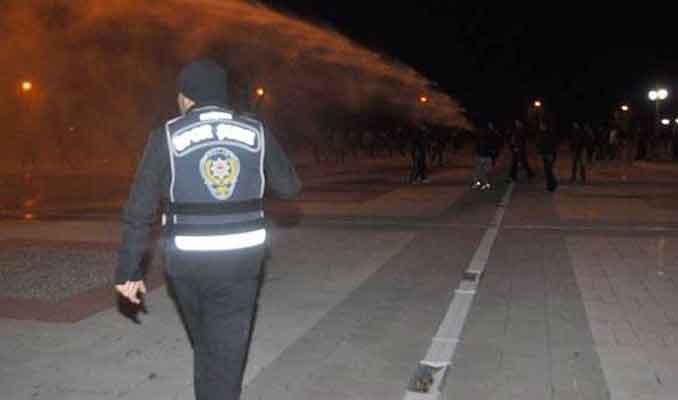 Beşiktaşlılar polise taş attı