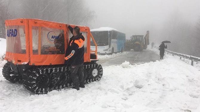 Karda mahsur kalan 75 yolcu kurtarıldı