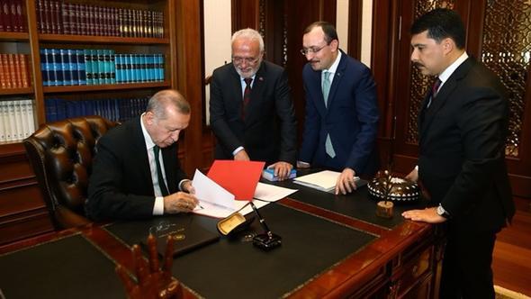 Erdoğan imzayı attı, Twitter'dan paylaştı