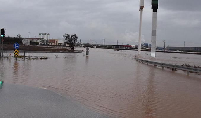 İstanbul-İzmir karayolu sular altında, tren seferleri iptal