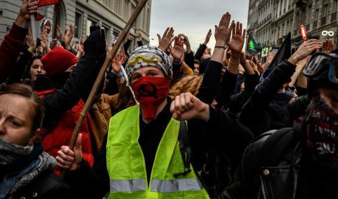 Eylemciye taş atan polise hapis cezası