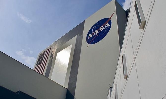 NASA, Ay'a kadın astronot gönderecek
