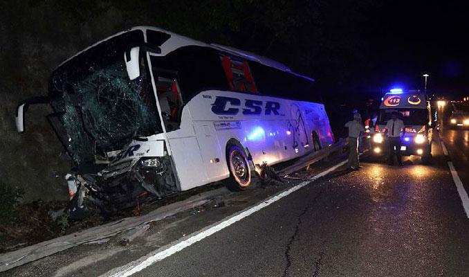 Yolcu otobüsü traktörle çarpıştı: 1 ölü, 12 yaralı