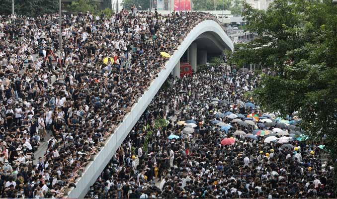 Çin'e iadeye karşı Hong Kong'da hükümet binaları kuşatıldı