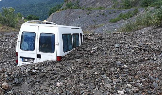 Heyelanda minibüs toprağın altında kaldı