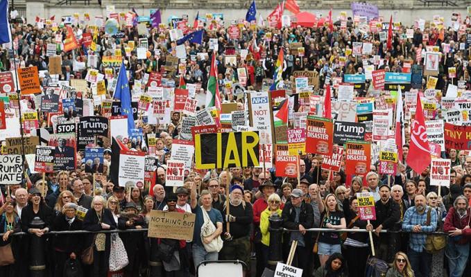 Londra'da on binler Trump'a karşı yürüdü