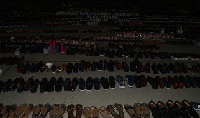 Sel suları altında kalan ayakkabılar miting alanına serildi