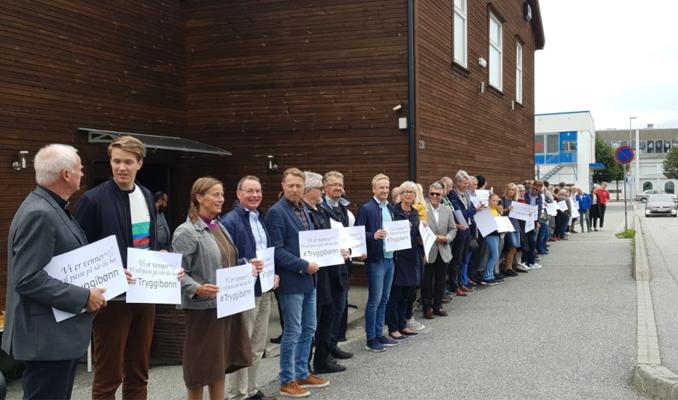 Norveç'te Hristiyanlar camiye kalkan oldu