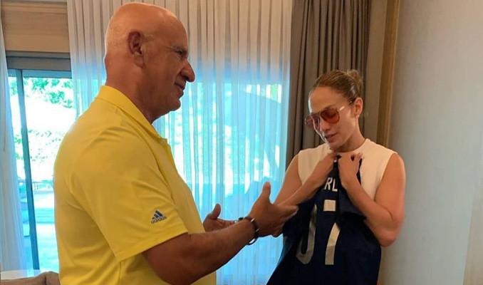 Fikret Öztürk, Jennifer Lopez'e forma hediye etti