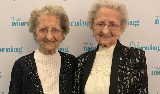 Çift yumurta ikizi Lilian Cox ile Doris Hobday 95 yaşında