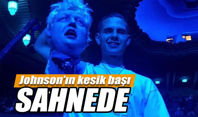 Boris Johnson'un kesik başı sahnede