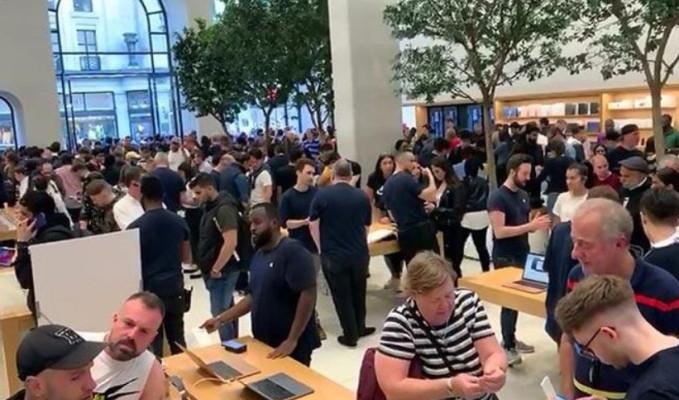 iPhone 11 için geceden sıraya girdiler