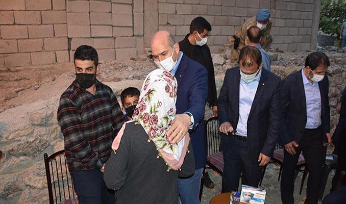 Bakanı Soylu, Hakkari'de teröristlerin katlettiği 2 vatandaşın ailesine taziyede bulundu