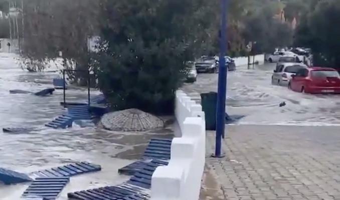 İzmir'de deprem sonrası deniz sokaklara taştı