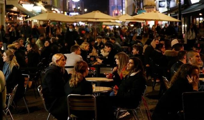 Roma'da bir kafe-barda korona virüsten bahsetmek yasaklandı