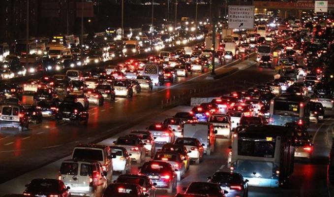 Sokak kısıtlaması öncesi İstanbul trafiğinde yoğunluk