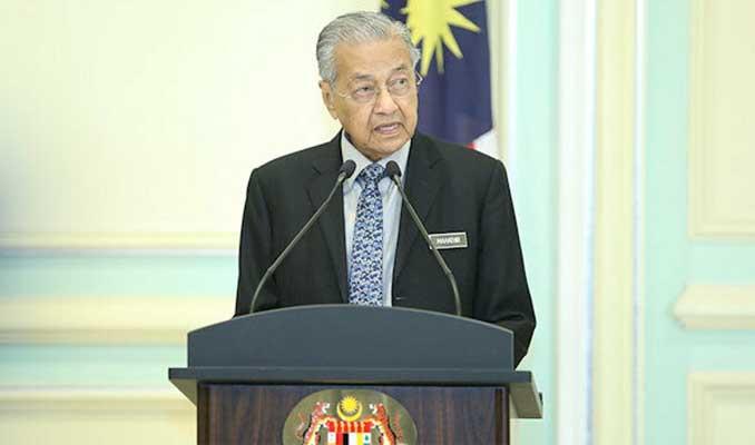 Malezya'da istifa depremi