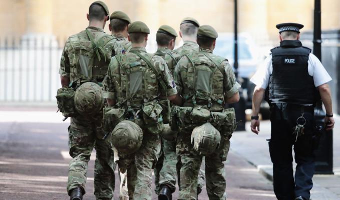 İngiltere'de ordu sokağa iniyor