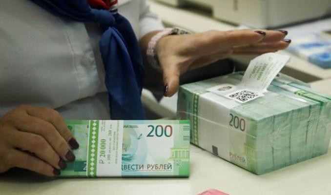 Ruslar virüs paniğiyle bankalardan 5 milyar dolar çekti