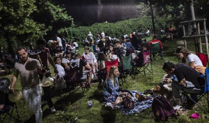 Ne maske ne de sosyal mesafe! Moda ve Caddebostan'da gece yoğunluğu