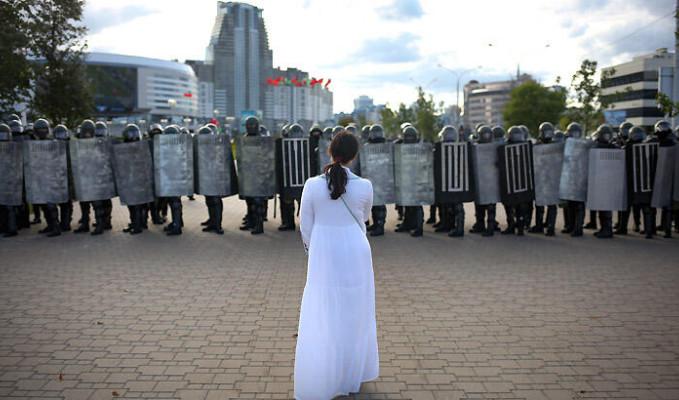 Belarus'ta protestocular polislerin maskelerini indiriyor