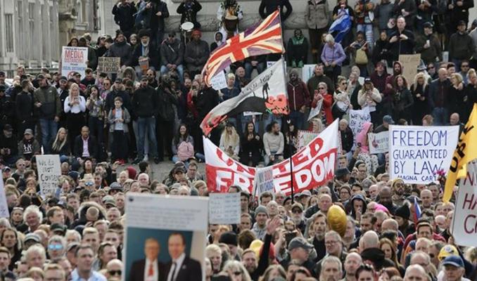 İngiltere'de Kovid-19 önlemleri yasağa rağmen protesto edildi